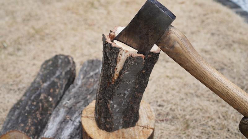 山で薪を割る01