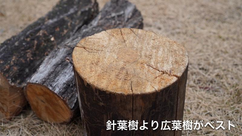 山で薪を割る03