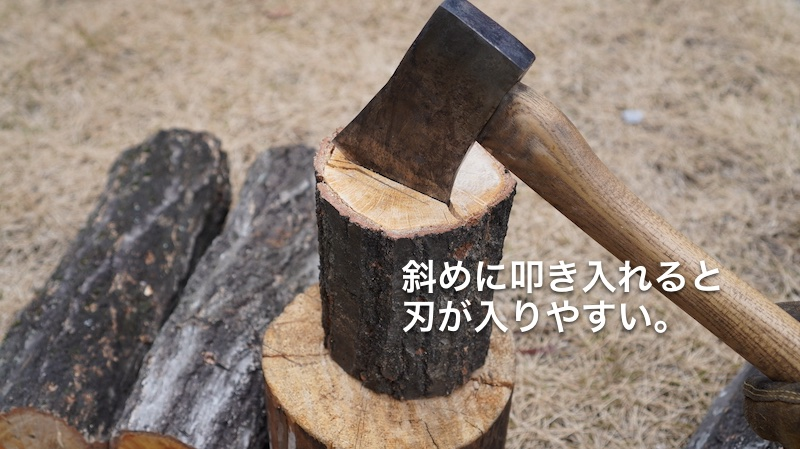 山で薪を割る05