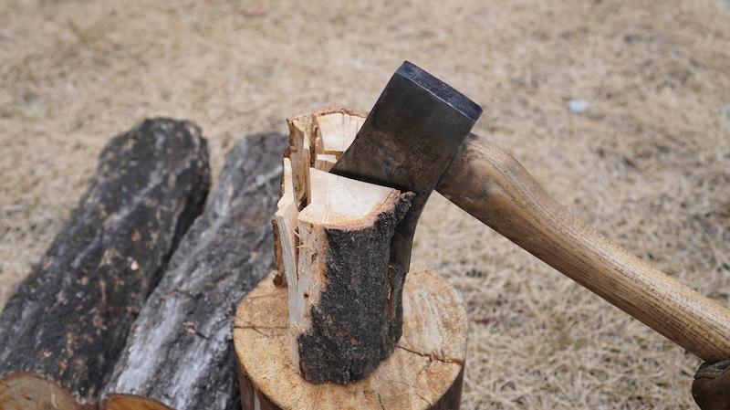 山で薪を割る09