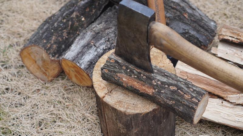 山で薪を割る11