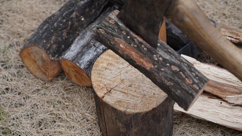 山で薪を割る12