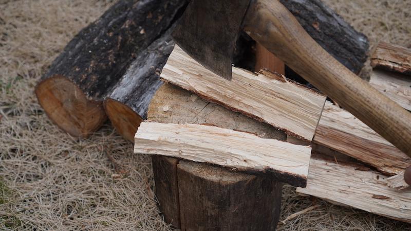 山で薪を割る13