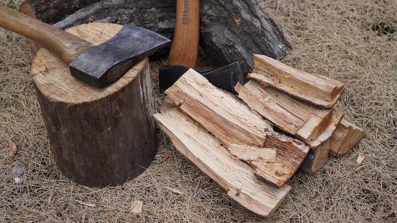山で薪を割る14